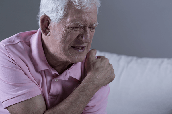 man with shoulder pain in need of chiropractic care